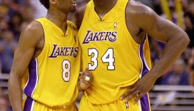 Los Angeles Lakers Kobe Bryant (L) talks to teamma