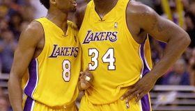 Los Angeles Lakers Kobe Bryant (L) talks to teamma